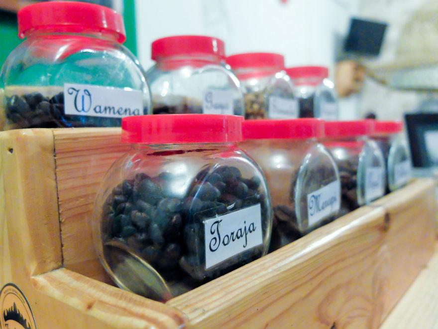 Koleksi kopi yang dipajang di bar: Toraja, Wamena, dan kawan-kawan.