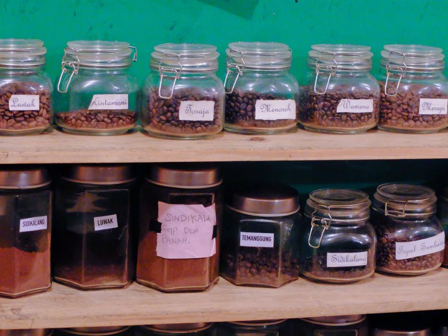 Mengintip di belakang bar, masih banyak koleksi kopi seluruh Nusantara, termasuk kopi luwak.