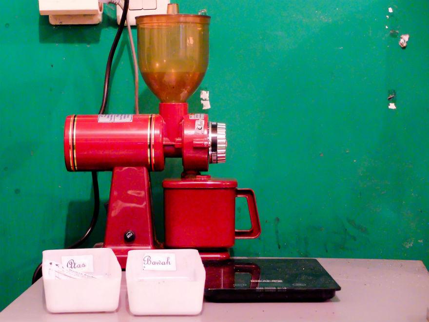 Grinder yang digunakan di sini. Sayangnya dia hanya menawarkan menu kopi tubruk dan siphon coffee. Akan sangat keren jika di sini ada mesin presso.