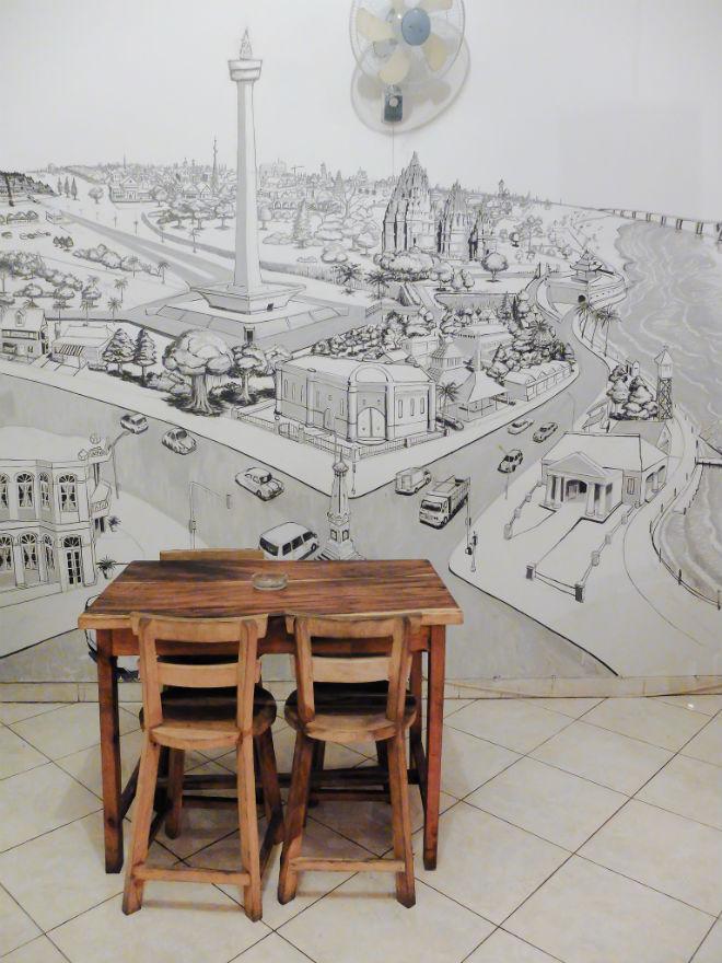 Salah satu elemen dekorasi lain yang menarik adalah lukisan dinding. Ini salah satunya di lantai 2.
