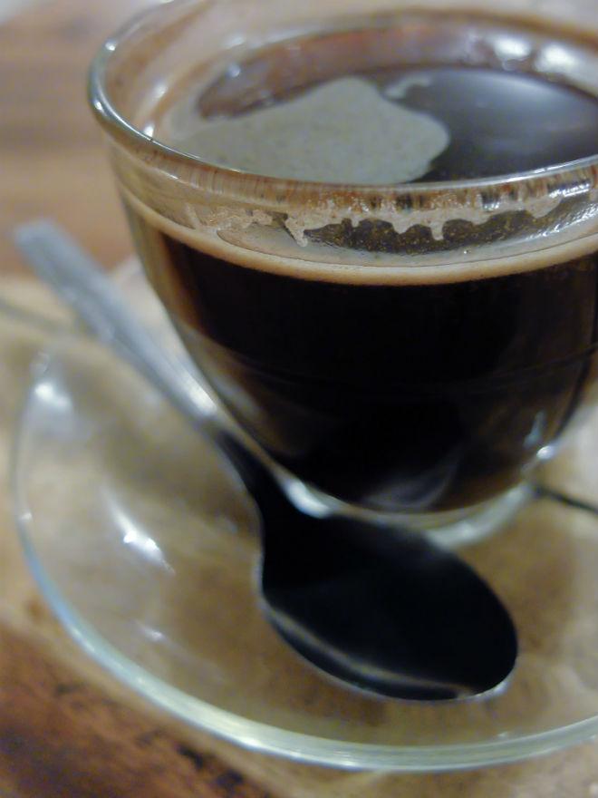 Kopi tubruk Wamena. Penyajiannya cukup sederhana, khas warung kopi. Soal rasa, aku tetap lebih berselera pada kopi yang diseduh dengan presso. Tapi ini pun sudah lumayan enak.