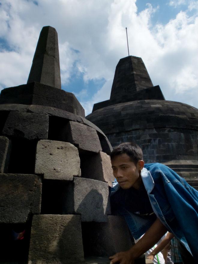 "Berkali-kali pak Satpam dan beberapa petugas kebersihan meneriakkan pemberitahuan: ""Pengunjung dilarang merogoh ke dalam stupa untuk memegang patung Buddha karena sedang dilakukan perawatan terhadap candi."" Dua Satpam dan sepuluh tukang sapu tetap saja kalah lawan ribuan manusia yang tak mau mendengar."