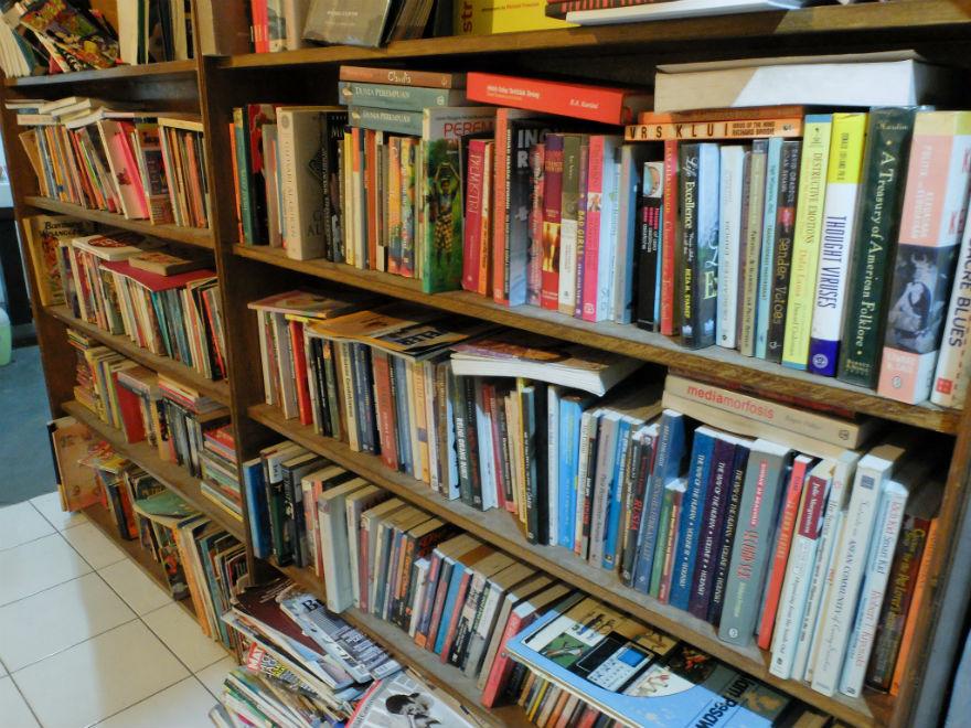 Lemari buku mendominasi salah satu dinding ruang baca. Banyak buku bagus di sini untuk dibaca selama berkunjung.