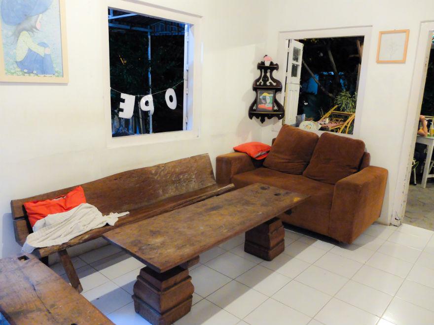 Sofa itu terlihat nyaman, untuk mojok sambil baca buku ditemani secangkir teh atau kopi.