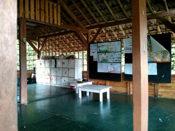 """Interior salah satu ruang kelas yang terbuka. Di kiri atas itu adalah """"lantai 2"""" yang kira-kira fungsinya untuk istirahat siang anak-anak."""
