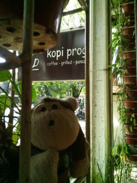 Mulyadi nangkring di depan Kopi Progo