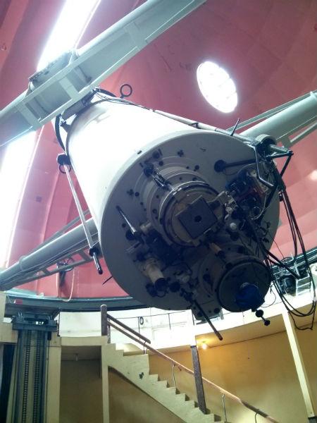 Yang ini namanya teropong bintang Zeiss double refractor.