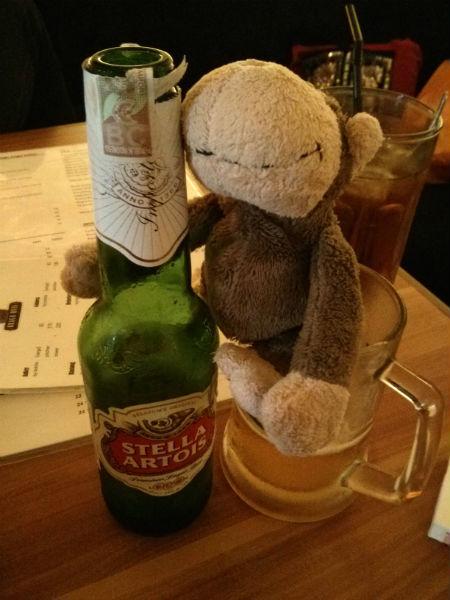 Mulyadi dan sebotol Stella Artois ku.